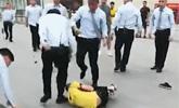 外卖员商场取餐受阻 遭商场保安群殴致肋骨断裂