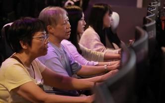香港六旬阿婆打竞技游戏 实力完全不输年轻人