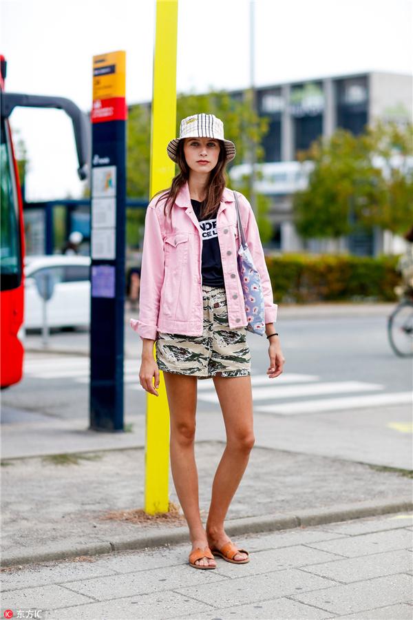 时装  可爱又俏皮的粉色是明星街拍中翻牌率最高的牛仔单品,搭配百搭