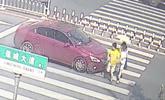 女司机因车内孩子闹腾回头训斥 将行人撞飞还前行