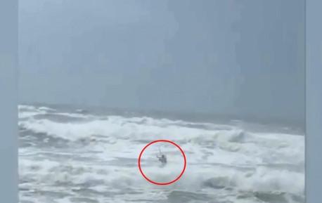 """飓风""""佛罗伦萨""""擦过美国 大胆男子滔天巨浪中玩冲浪"""