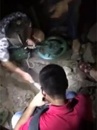 台风后民众深夜挖宝