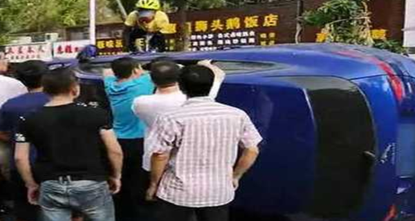 珠海女司机撞翻5辆车后被困 外卖员路过救人