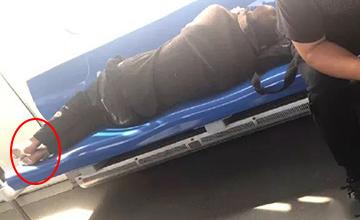 男子赤脚躺地铁 鞋被乘客踢出车厢