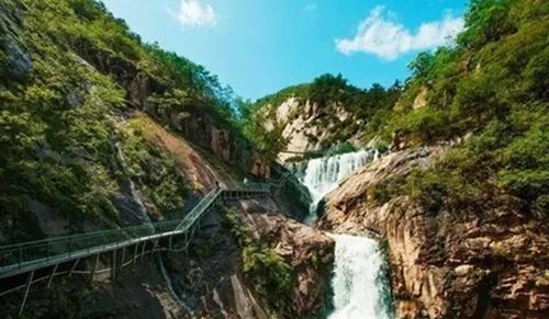 旅游  五道幢景区峡谷奇特,断岩峥蝾,悬崖陡峭,鬼斧神工.