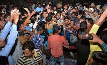 火车撞入狂欢的人群 已致61人死亡