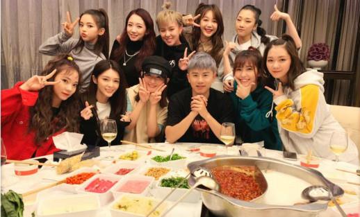 张杰晒演唱会合照 与学生火箭少女一起聚餐