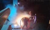 男子在加油站用打火机点燃加油枪 邻居穿拖鞋灭火
