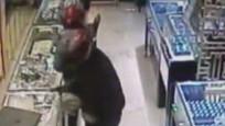 劫匪抢完金店准备逃跑,男子挺身而出与其搏斗,以一敌二渐落下风