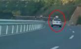 13歲男童伸出身體坐車頂兜風 撞限高桿后身亡
