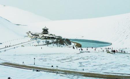 雪映月牙泉