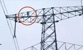 吓人!9岁男童赌气爬上70米高压电塔