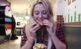 美女体型娇小食量惊人 20分钟吞掉九层汉堡