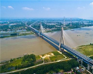 安徽铜陵:鸟瞰公铁大桥 蓝天绿岸交相辉映美如画