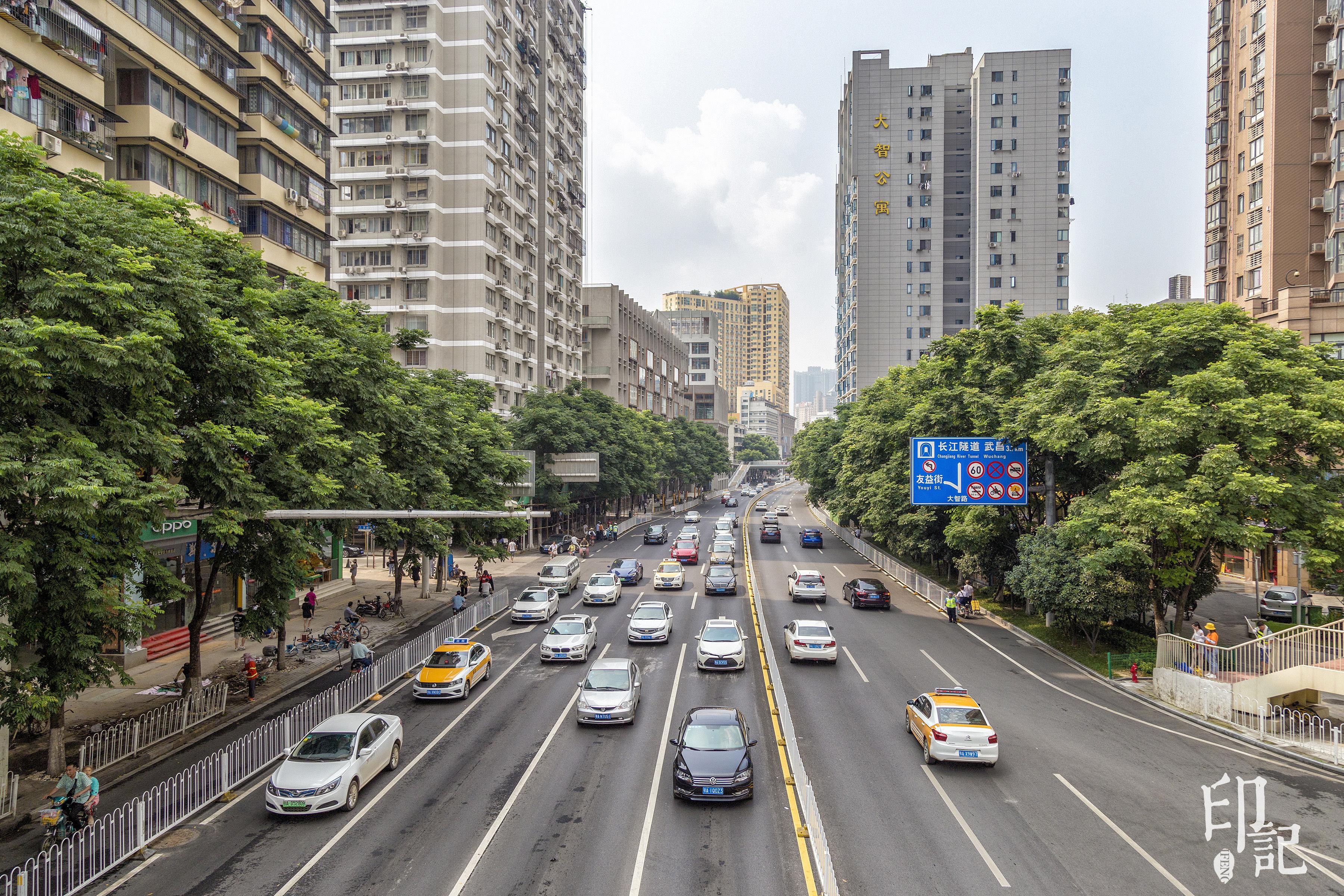 武汉市最老最繁华的商业大街,放眼望去,高楼林立,川流不息的车辆让这图片