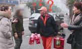 保洁大爷捡8800元金手镯还失主拒收红包:我杭州4套房!