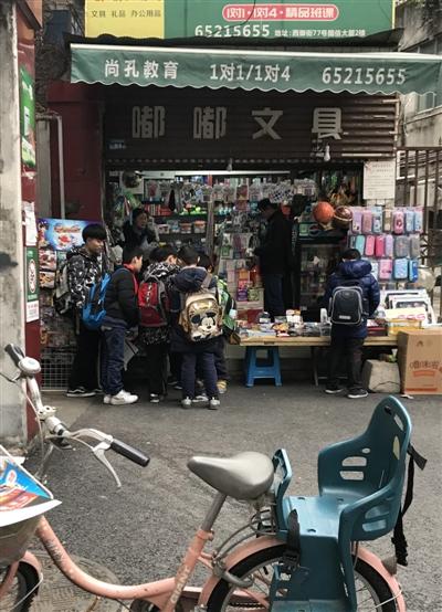 校门口文具店变游戏厅 提供手机诱导孩子玩游戏