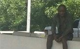 一白叟被女儿抛弃路边 原地苦等女儿10年