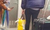 地铁上男子有座不坐拎一个袋子,一看真相惊呆了