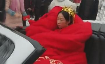 雪天新娘坐敞篷车裹大红棉被出嫁