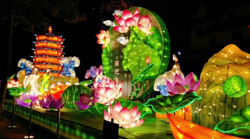 青岛方特梦幻灯会有数十组大型花灯灯组,近万盏花灯遍布园区,用流光