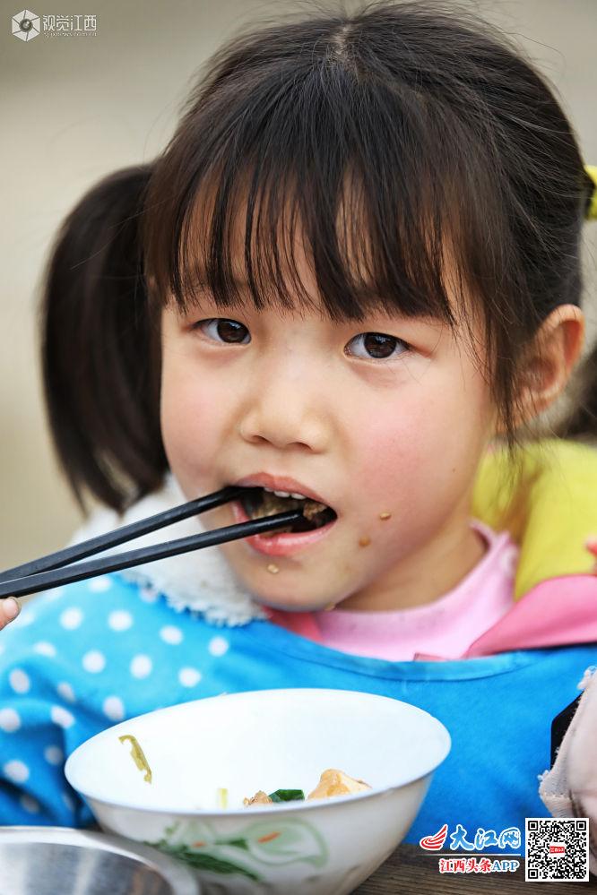 鹰潭市小学黄泥:一顿午餐温暖试题学堂小学生图片
