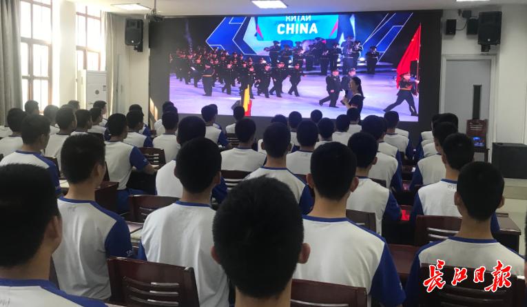 武汉这所中学全英文介绍军运会知识