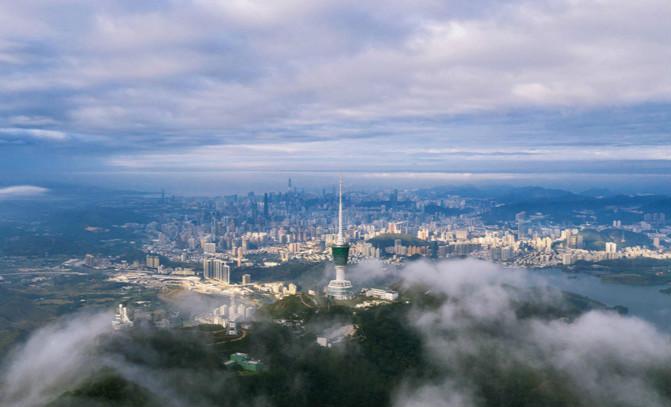 航拍深圳梧桐山顶 瞰云海流动