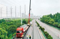 陕西首个ETC门架吊装完成 明年元旦正式投入使用
