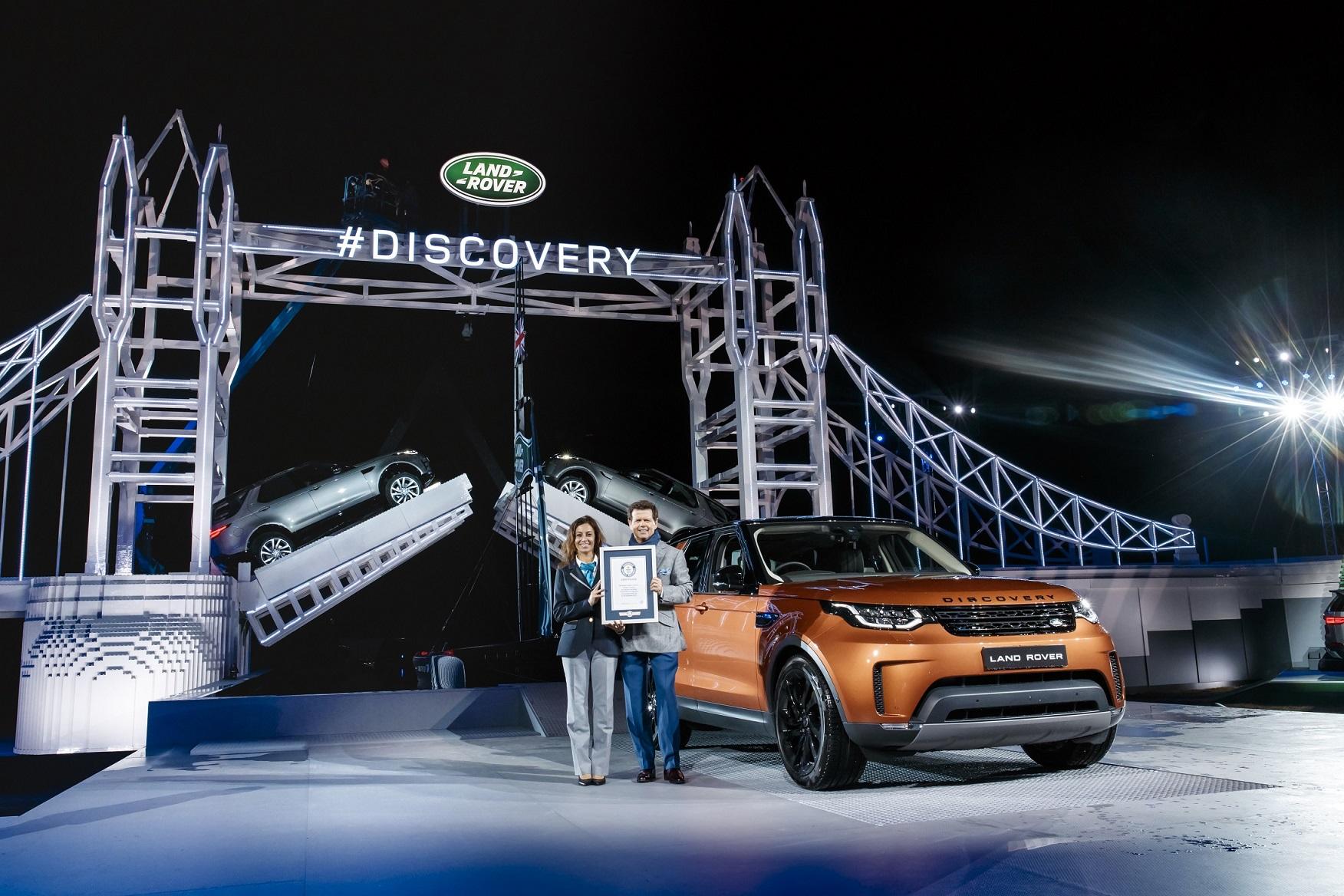 """路虎全球设计总监哲芮勋(Gerry McGovern)先生表示: """"全新一代发现重新定义了大型豪华SUV。路虎设计与工程团队彻底颠覆了发现车型的设计基因,全力打造出一款客户高度向往的集极致多功能性与强悍全地形能力于一身的豪华SUV。"""""""