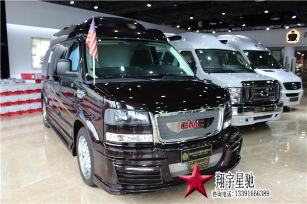 GMC商务车(豪华房车)秉承了美国豪华的设计风格,是一款为商务人事打造的豪华型商务旅行车,GMC四驱豪华商务车,其尊贵的外形,极致的舒适,卓越的操椌性,尖端的配置,非凡的品质全方位的体现了全新GMC品牌对豪华商务车最成功的诠释,兼顾奢华感,实用性的特质,泱泱霸气,使之当仁不让地成为寻求品味并重视实用的成功人士的首选。GMC四驱豪华商务车,车头宽大的镀珞前脸,配合四个镀铬喷涂高承重力轮圈,霸气的纯正美式风格跃然映入眼帘,让每个见到他的人都心生向往。