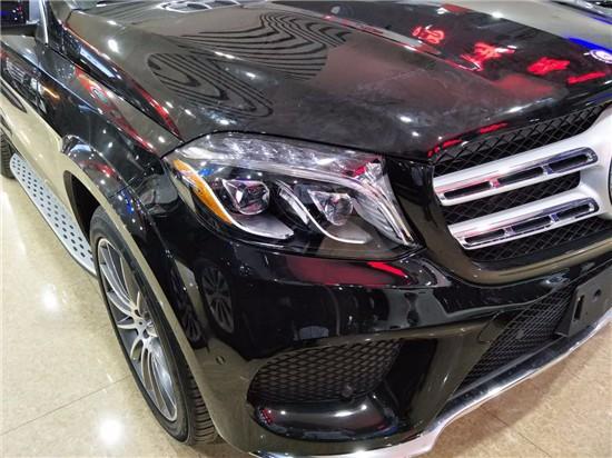 外观方面:奔驰GLS450加版相比现款车型,进气格栅面积更大,依旧采用双横幅镀铬进行装饰,但质感明显提升,前灯组内部结构有所调整,并融入了LED日间行车灯,保险杠造型经过重新设计,并在两侧增加了大尺寸的进气口。整个前脸线条更少,简约的风格把全新GLS衬托的更加大气。车身侧面基本基本与现款车型保持一致,车身修长,线条硬朗,向外隆起的前后翼子板充满了力量感,奔驰GLS450刚正威武的形象展露的一览无余。
