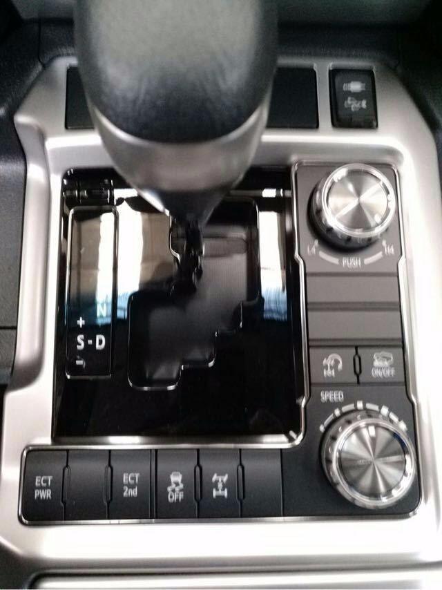 滨海 降价 正文  丰田酷路泽4000整个操控区域色调为深色系,仪表盘,方