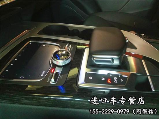 内饰方面:17款加版奥迪Q7 科技版采用了家族式内饰设计风格,双环式仪表与中控台采用整体式设计,多功能方向盘上除了最基本的音响调节功能外,又增加了换挡拨片,可享受更加舒适的开车体验,奥迪Q7内饰风格一如奥迪的严谨,在材质的选用以及颜色搭配所表现出来的豪华感都恰到好处,新车根据配置不同将配备有全新第二代MMI信息娱乐系统、抬头显示系统、夜视功能、ACC自动巡航、全景影像系统、内饰氛围灯、B&O音响、带按摩功能的座椅、4区空调和空气悬架等配置。