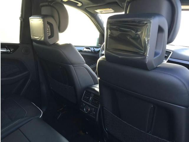 促销日期: 2017-06-29 至 2017-07-31 外观方面:2016款奔驰GL350的造型设计证明它要征服豪华越野车市场的决心。直来直往的车身腰线和尾部设计,都体现了实用稳重的设计思路。宽大的双横幅的进气格栅上镶有奔驰大标,尽显王者风范。那种震慑力只有亲临其旁才能感悟。