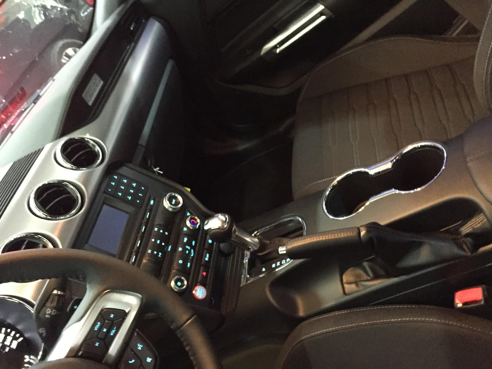 福特野马的驾驶舱得益于福特公司注重汽车内饰的投资,与外观造型一 样