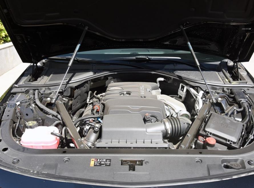 2017款凯迪拉克ct6传动系统与发动机匹配的统一是8速手自一体变速箱.