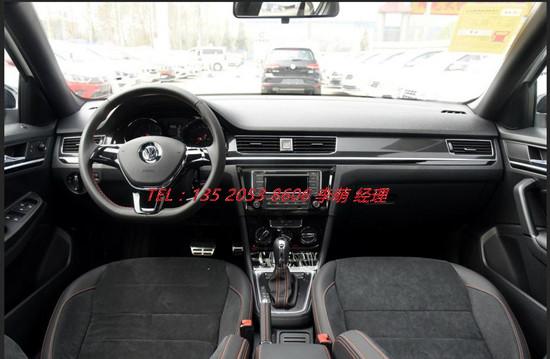 内饰方面, 新宝来采用双炮筒设计仪表台,带白色背光,立体感陡增,信息屏幕可以显示行驶里程、瞬时及平均车速、瞬时及平均油耗、行驶时间、续驶里程等及各种报警信 息;而中控台从音响控制区域到换挡区域一气呵成。新宝来在老款车型基础上对部分车款配置进行升级,其中1.6L时尚型增加真皮方向盘和电加热外后视 镜;1.