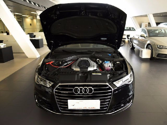 奥迪a6l在豪华轿车历史上,新增设的s档,提高加速能力,增加驾驶乐趣.