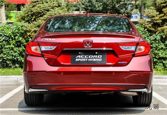 全新雅阁采用了极具运动风格的外观设计,一改老款车型偏商务、稳重的形象。在外观配置方面,新车提供全LED大灯组、LED前雾灯、大灯高度调节、外后视镜电动调节/加热/折叠、镀铬双边共两出排气等。而在安全配置方面,新车配备了VSA车辆稳定控制系统、HSA斜坡启动辅助系统、紧急刹车警示辅助系统、电子手刹+自动驻车、胎压监测、前排安全气囊、前排侧气囊、侧气帘、360全景影像、自动泊车等。而且值得一提的是,该车还带有Honda SENSING(安全超感)系统,其包括ACC主动巡航(带低速前车跟随)、碰撞缓解制动系统