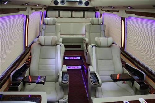 丰田考斯特(柯斯达COASTER)商务中巴车按动控制台上SWING按钮之后,车顶两侧的空调通风口就可以自动出风,这个看似不起眼的功能却解决了很多车无法解决的吹风死角问题。更趋向与自然风的感觉最直接收益者就是后座的VIP用户,他们可以享受带有角度的凉风,而不再是硬生生的直吹风了。