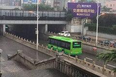 暴雨中最牛公交掉头 高超技巧引网友齐呼
