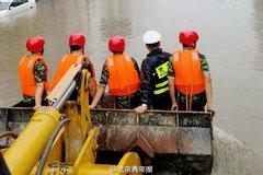 河北邯郸暴雨急救车趴窝 交警调铲车救人