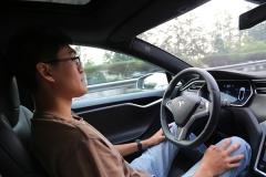 体验特斯拉Autopilot功能 信赖不依赖