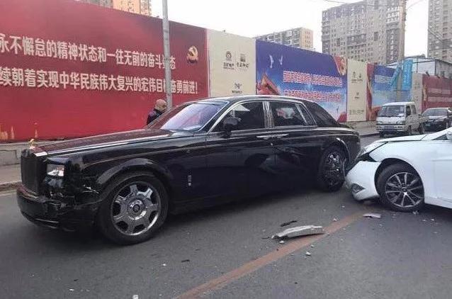 千万劳斯莱斯街头被撞车主下车就一句话 凤凰资讯