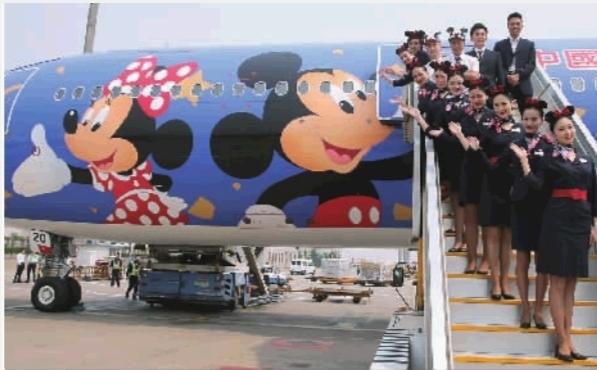 > 正文   4月26日,在北京首都国际机场,东航首架迪士尼飞机的机组成员