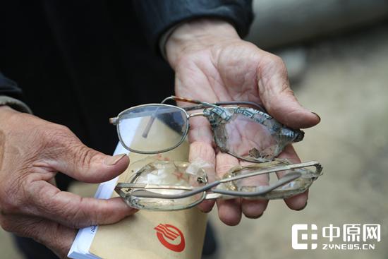 老人用坏掉的眼镜