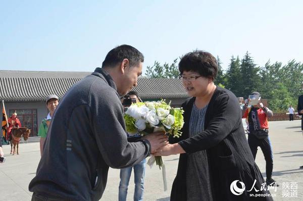 """""""婆家""""——秦岭野生动物园的代表将手捧花献予""""娘家""""云南个旧动物园的"""