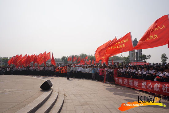 """安平县""""城市文明万人誓师大会""""。王成芳 摄"""