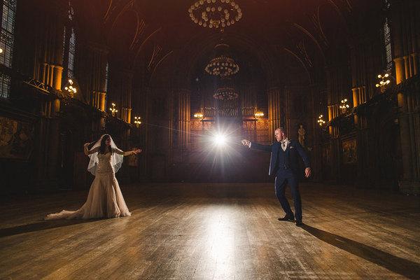 英国情侣凯西和路易斯仿照书中的描述,举办了一场哈利波特主题婚礼